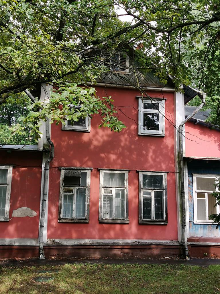 Раньше здесь были дачи и пару домиков с тех пор сохранилось. Правда. теперь это не дача, а офисы.