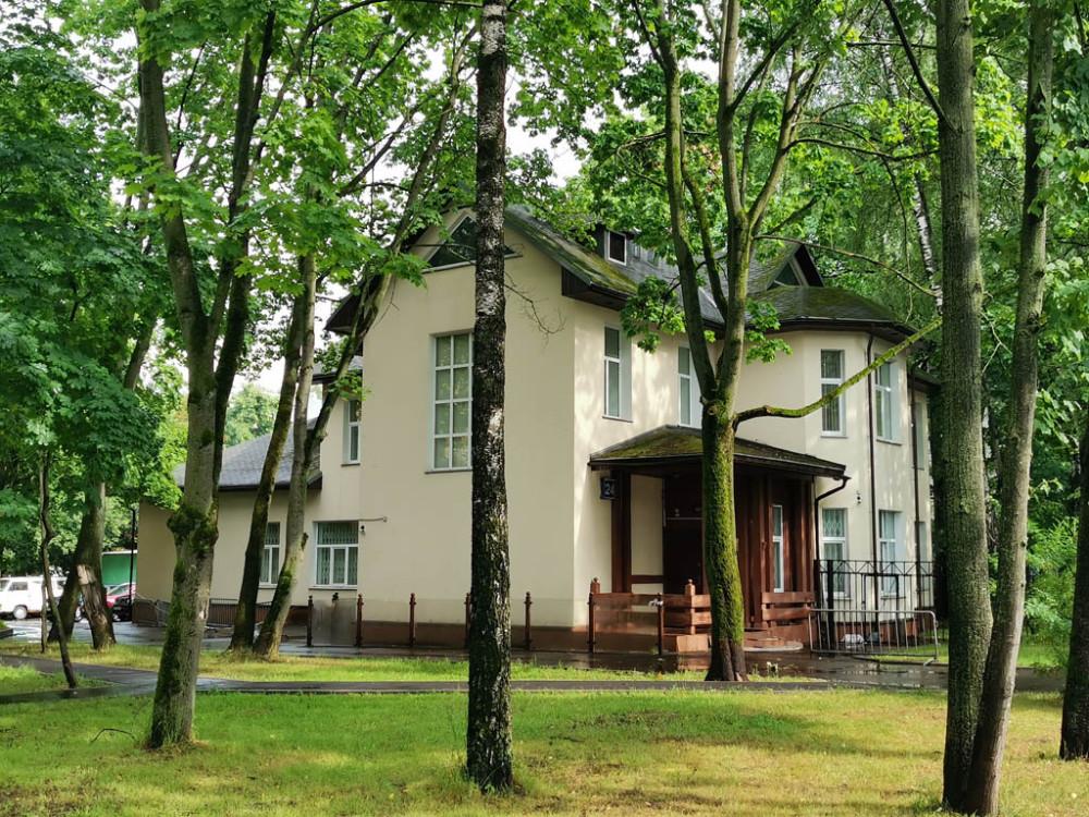 Еще один домик. Побогаче. С первого взгляда не понятно, современной постройки или так ужасно отреставрировали... Спойлер — дом старинный.