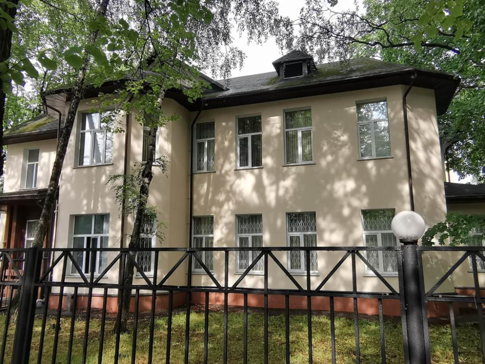 В 1930-е годы здесь размещалась школа, в начале 1960-х – милиция. Затем, Всероссийское Общество Спасания На Водах (ВОСВОД). Теперь висит табличка с названием, которое придумывают, чтоб никто не догадался, что там...