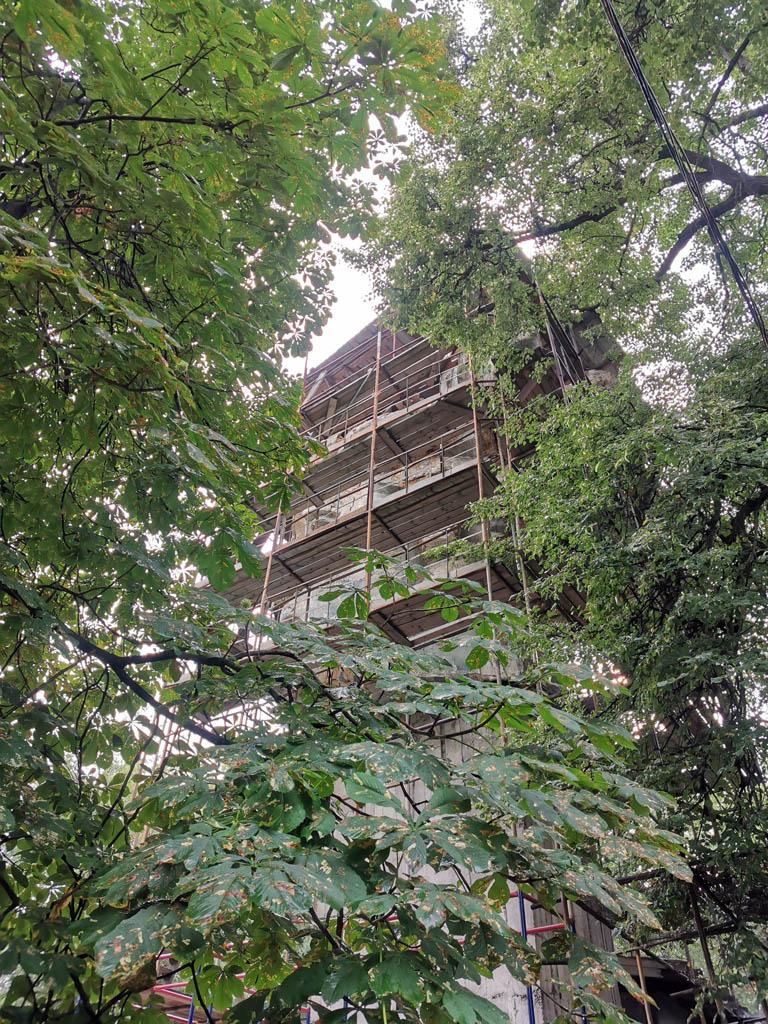 Строительные леса и листва не дали толком отфотографировать голову Родины-матери. А она здесь сделана в натуральную величину.