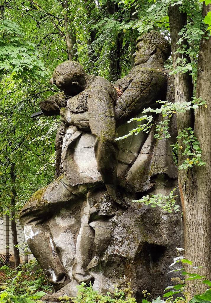 Скульптурная группа «Два бойца».