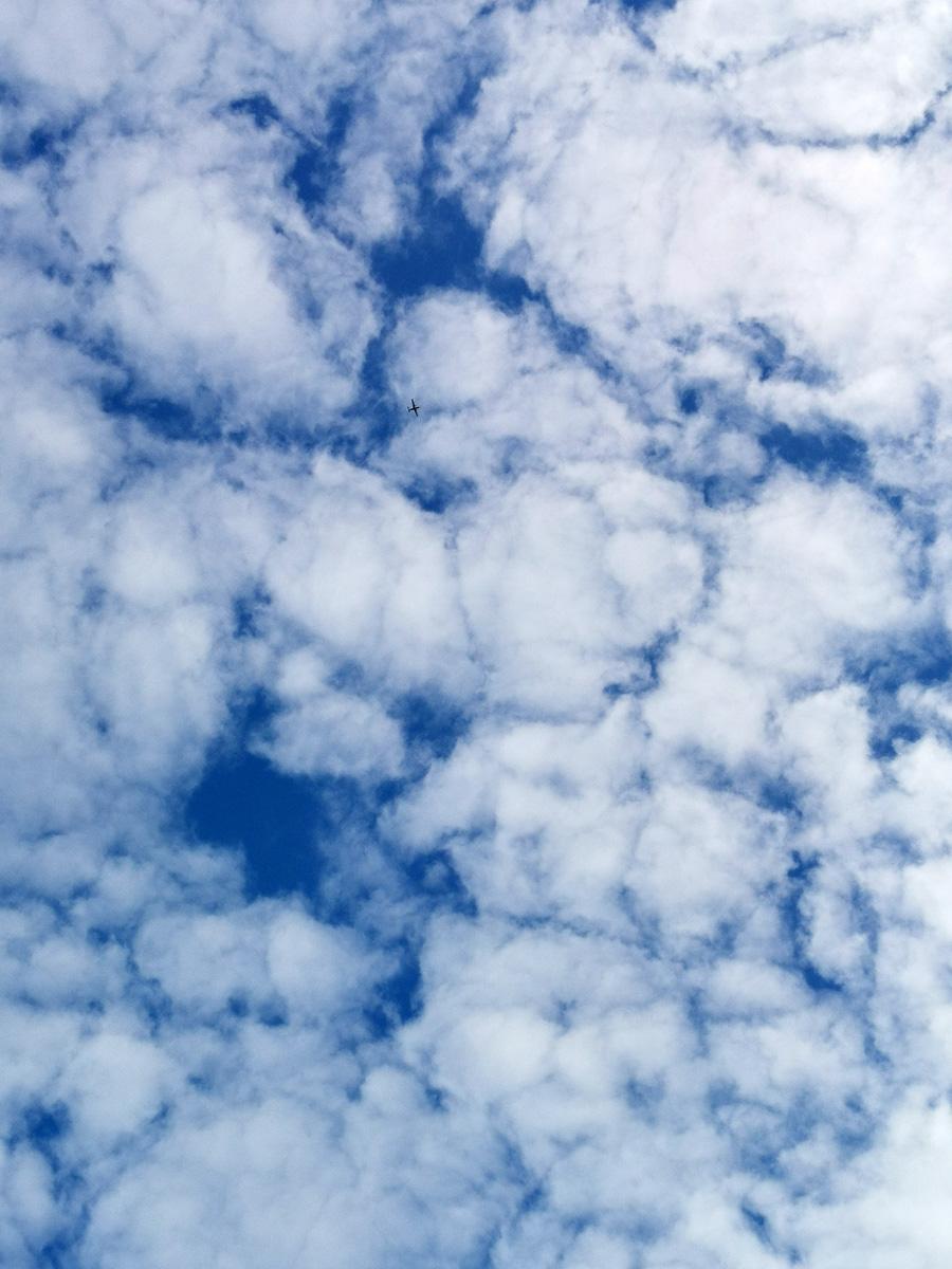 Если приглядеться, можно увидеть маленький силуэт самолета на фоне облаков.