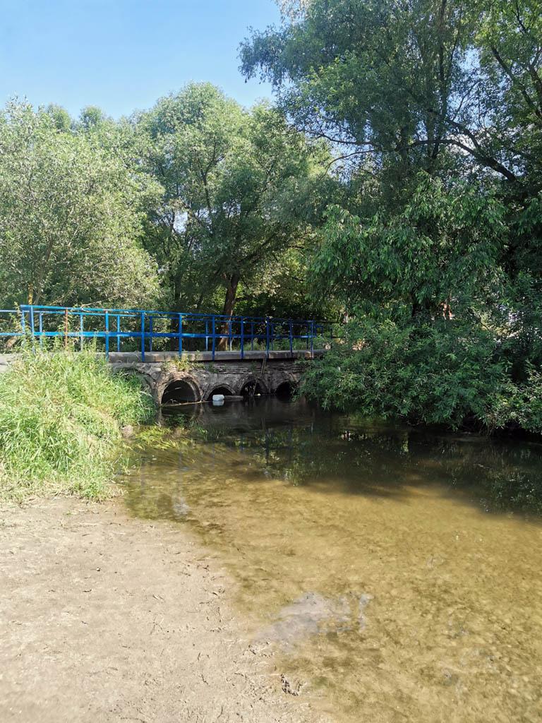 Рядом автомобильный мост. Во время весеннего половодья мост уходит под воду.