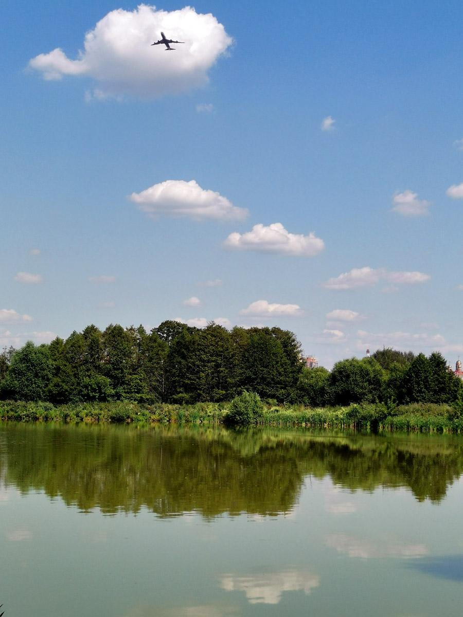 Самолеты, регулярно пролетающие над прудом, напоминают, что недалеко ( 11км ) расположен аэропорт Домодедово.