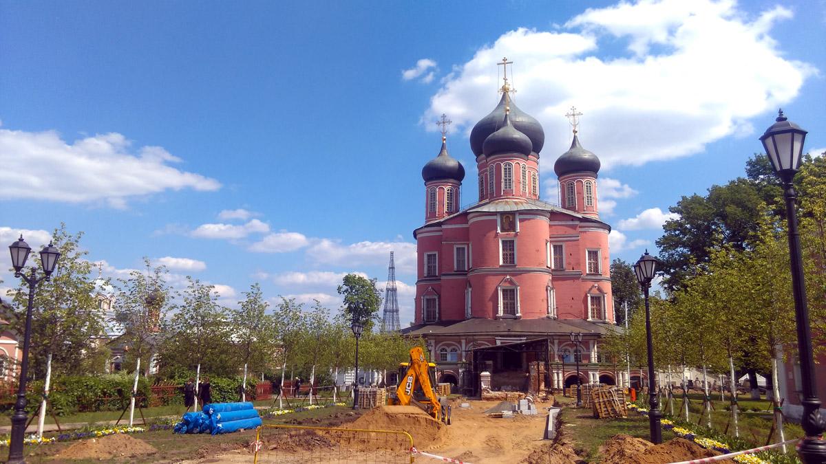Большой («Новый») собор Донской иконы Божией Матери Донского монастыря. Во всю идут строительные и реставрационные работы.