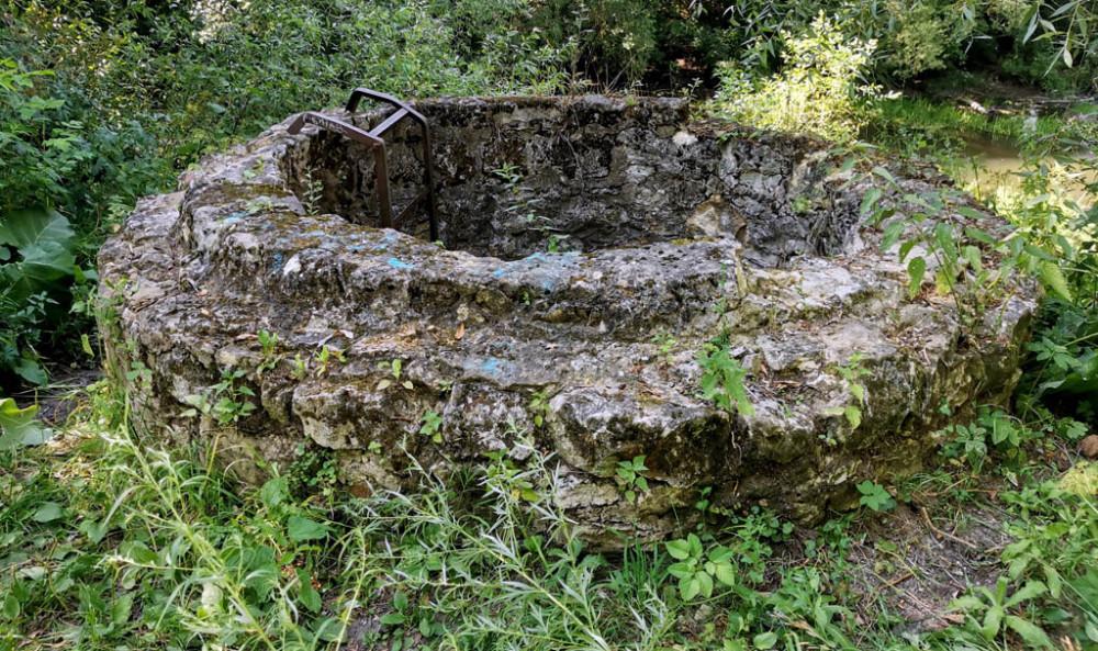 Немного ниже по течению заброшенный колодец бывшей водокачки. Удивительно, но железная лестница до сих пор не срезана на металл.
