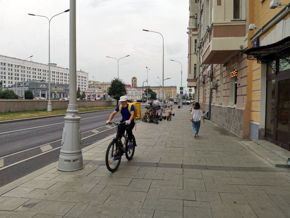 Сделайте нам велодорожки и мы не будем гонять по тротуарам! (с)  На фото слева проезжая часть, на которой выделенная велосипедная полоса. И таких полос в городе немало. Но где гоняют велосиПедики, вы и сами знаете, если ходите по тротуарам Москвы. Здесь тротуар хотя бы достаточно широкий... На заднем плане еще большее зло — прокатные электрожировозы.