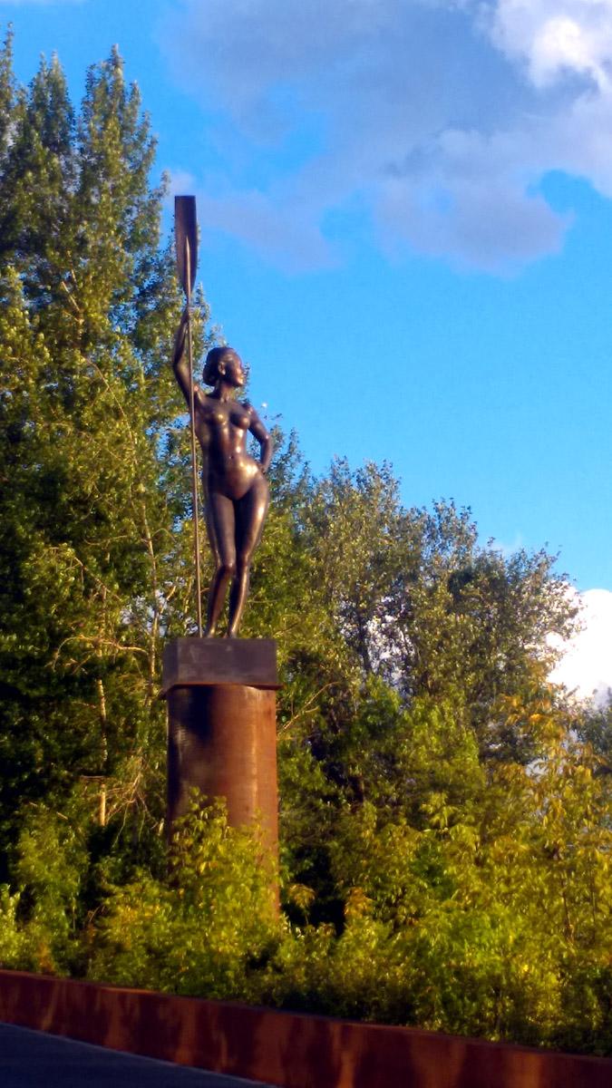 Кстати, похожая обнаженная девушка в веслом, есть и в Москве. Расположена недалеко от метро Автозаводская.