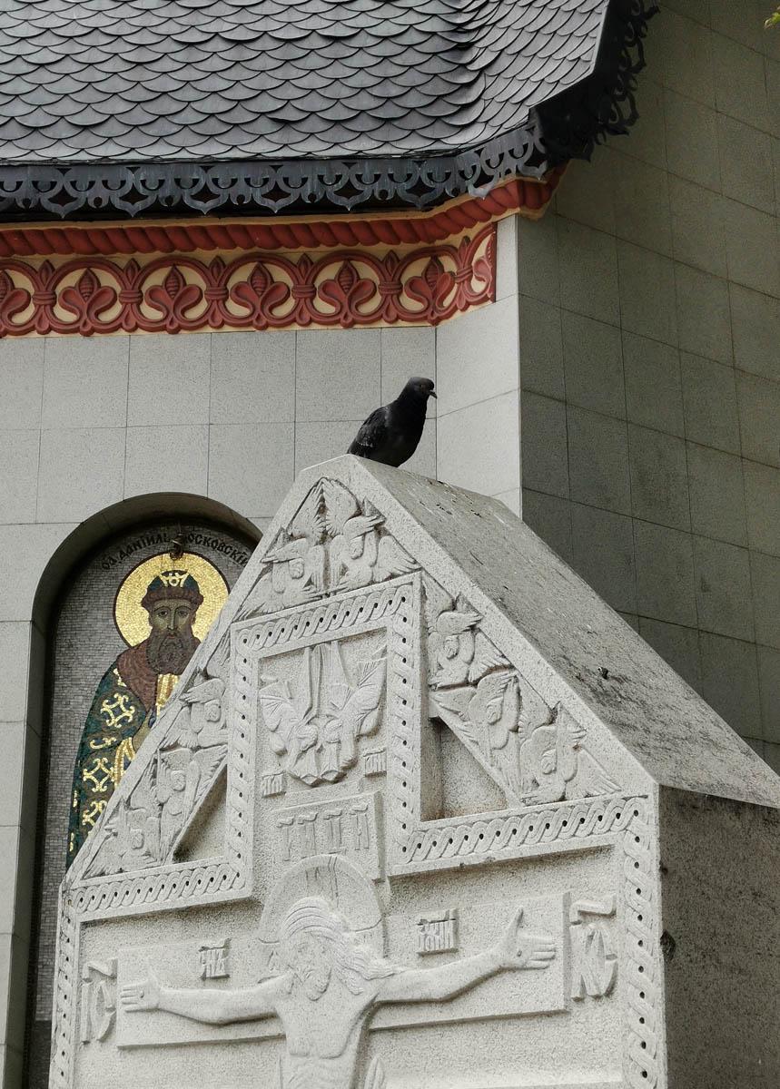 Часовня Святого Даниила Московского и голубь на Поклонном кресте