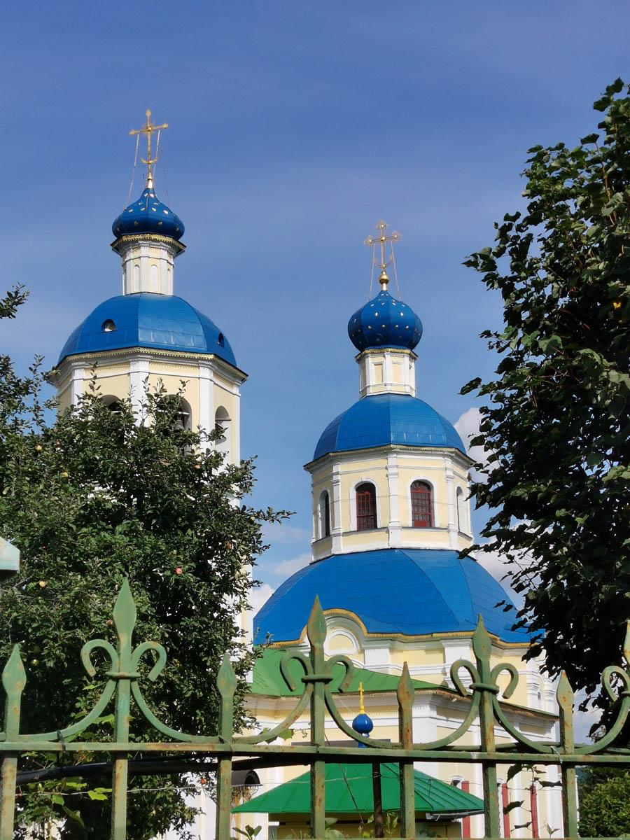 Храм Первоверховных Апостолов Петра и Павла в Ясенево. 1751 г. А мы купили вкусную выпечку в церковной лавке.