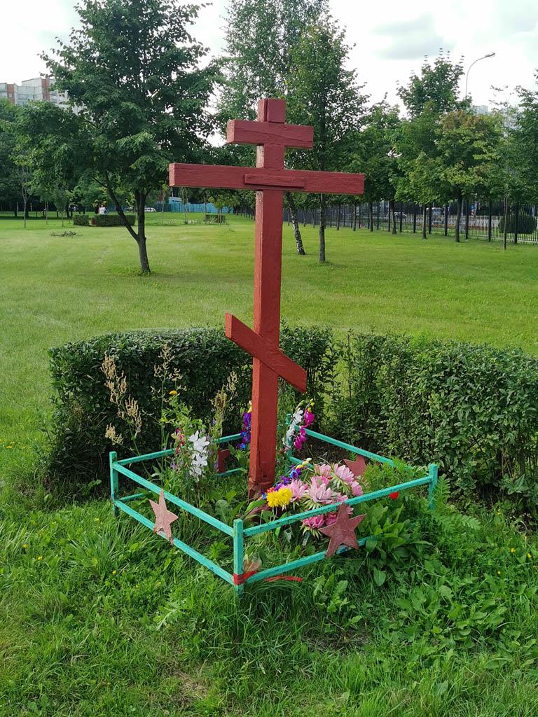 Около храма разбит Парк им. 30-летия района Ясенево. Меня заинтересовало почему в парке крест огорожен краснозвездной оградкой. Нашел информацию, что на кресте на табличке раньше было написано: «Защитникам Москвы».