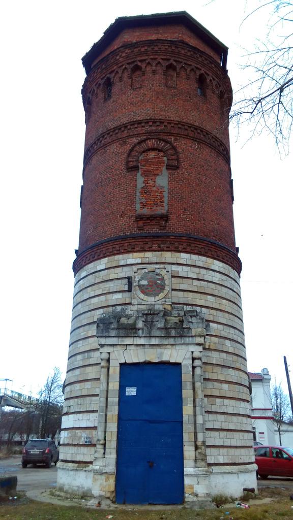 До моего поезда еще было время осмотреть водонапорную башню на станции Жилево.