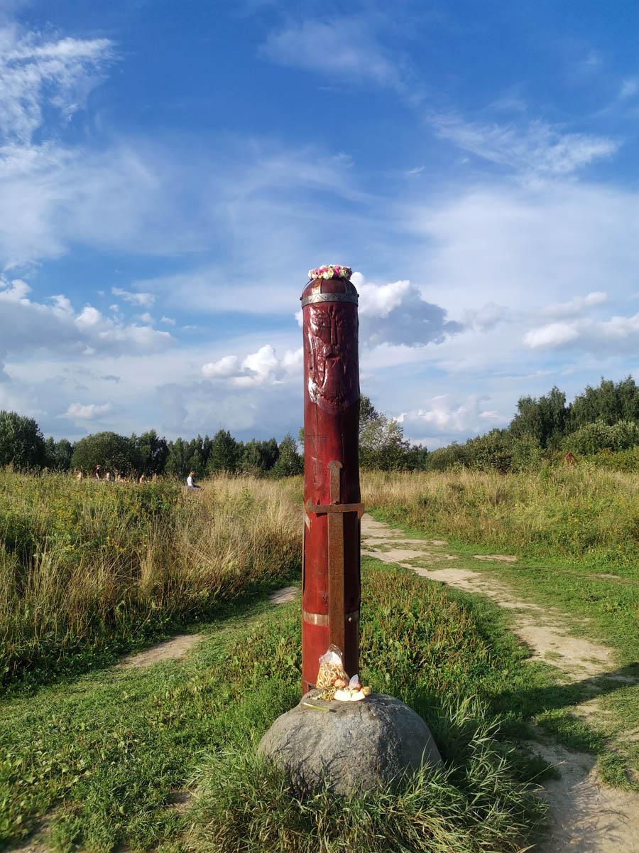 В 2000 году на Лысой горе были установлены деревянные скульптуры славянских богов, символизирующие древнее капище.