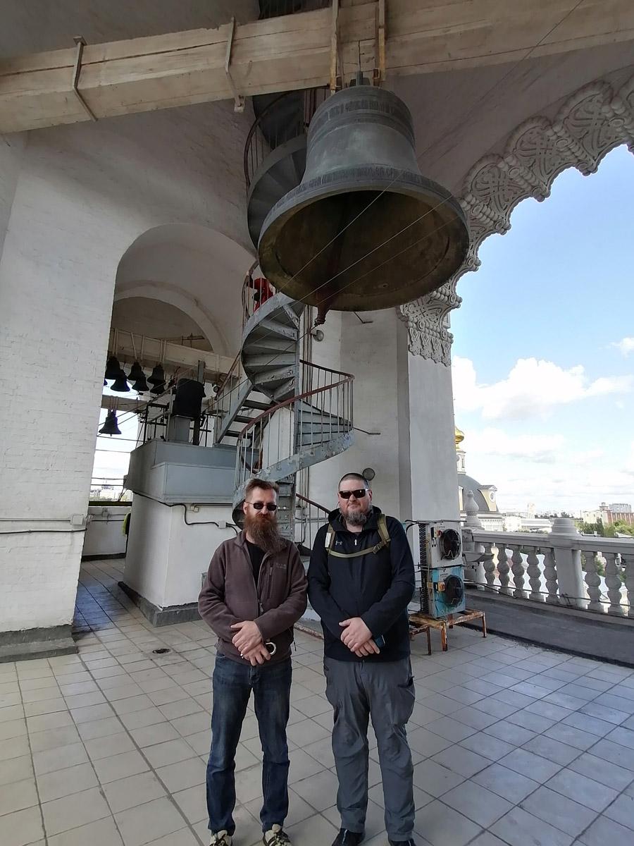 Звонарь Александр Великанов (слева) очень интересно рассказал о колокольне и особенностях своей службы.
