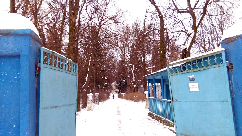 Ворота открыты, в Сторожке никого нет. Народ, кто пешком, кто на лыжах, гуляют по территории.