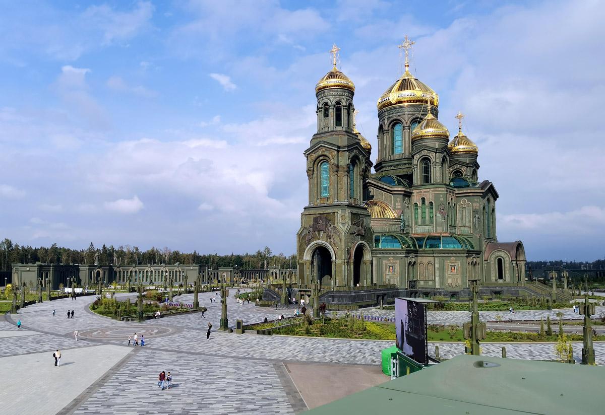Территория храма Воскресения Христова или, как его прозвали в народе, Храм Войны.