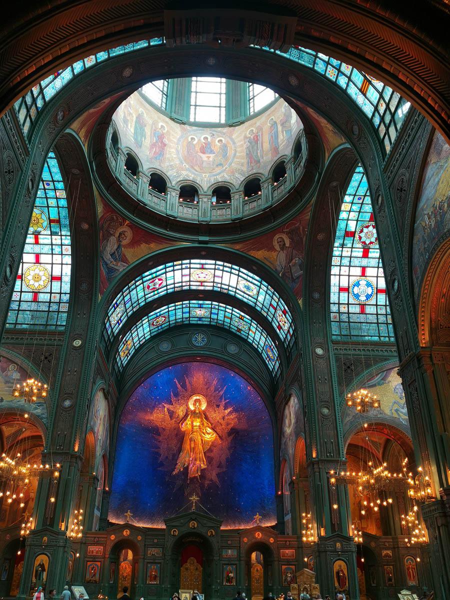 Верхний Храм с высокими стеклянными витражными потолками с многочисленной военной символикой. Отдельное впечатление произвела цветная подсветка всей этой красоты.