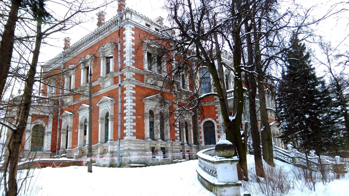 Дворец был в перестроен в 1856 году архитектором Б. де Симоном на месте старого дома (архитектор Баженов) от которого остались фундамент, подвал и подводящие к дому пандусы с оградой из белого камня.