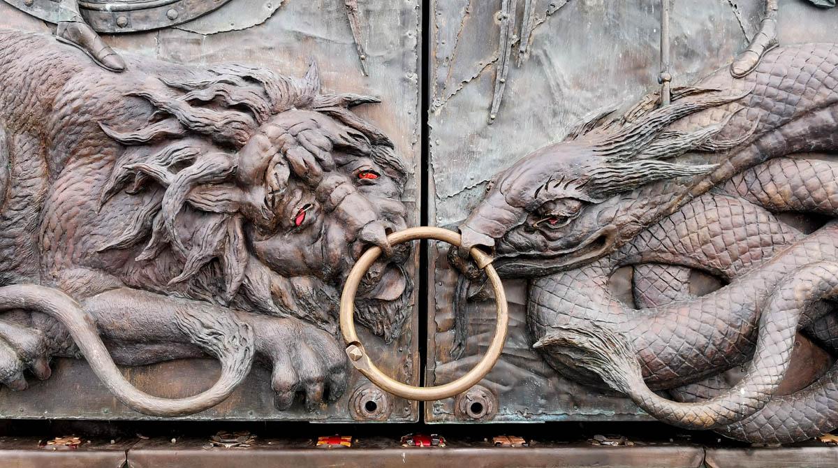 Створки ворот закрывающие складень, который открывается раз в неделю в воскресение.
