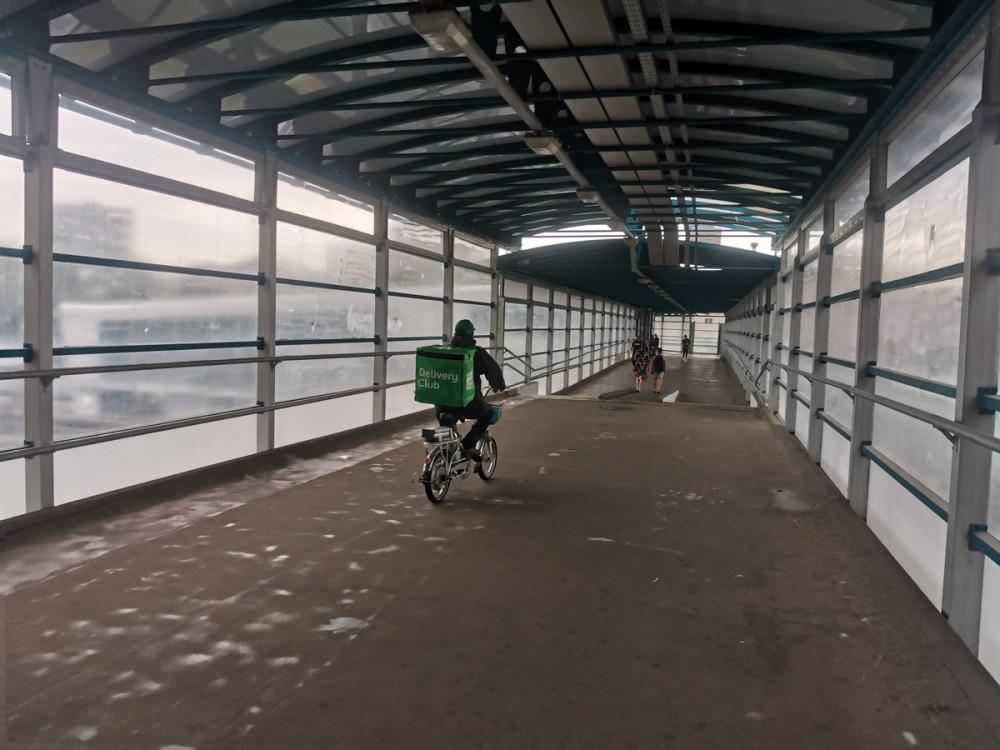 Как отличить велосиПедиков от нормальных велосипедистов. Велосипедисты соблюдают правила и ездят только по велодорожкам и по проезжей части, а велосиПедики гоняют по тротуарам и пешеходным переходам, в том числе и по подземным или, как на фото, по воздушному переходу над ТТК и МЦК.