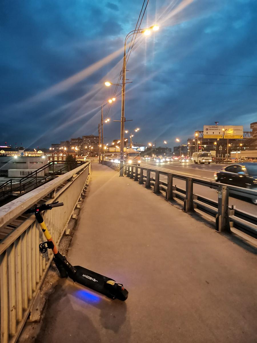 А здесь альтернативно одаренный самокатчик бросил прокатный электросамотык поперек Автозаводского моста. Кстати, какое красивое небо.
