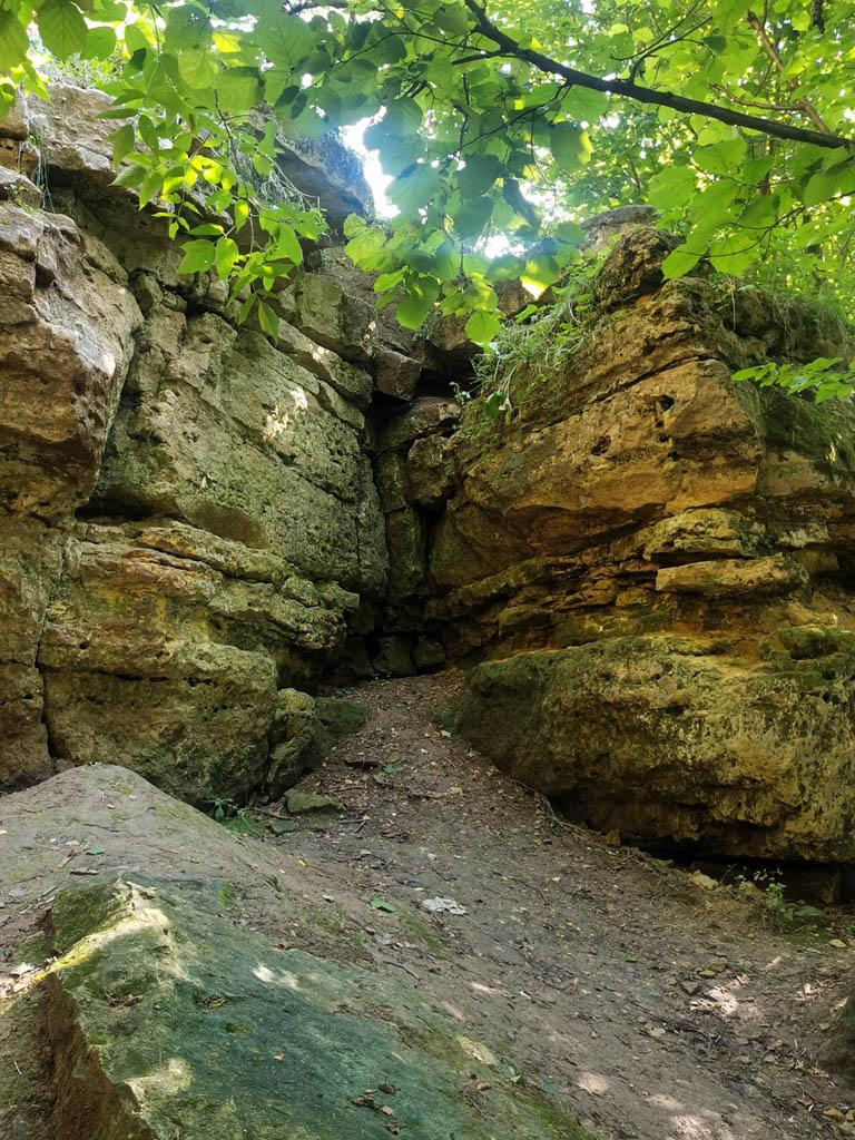 Скальные выходы на крутых берегах реки. Удивительно, но снова не встретил здесь скалолазов. Обычно они здесь проводят по выходным свои тренировки.