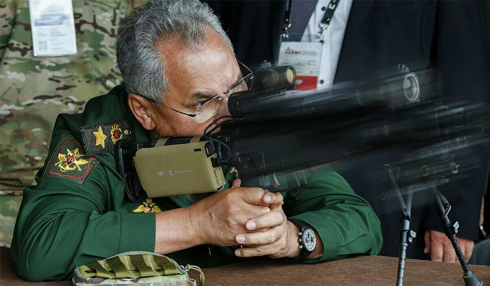 Министр обороны с интересом тестирует новейшие разработки Концерна Калашников.