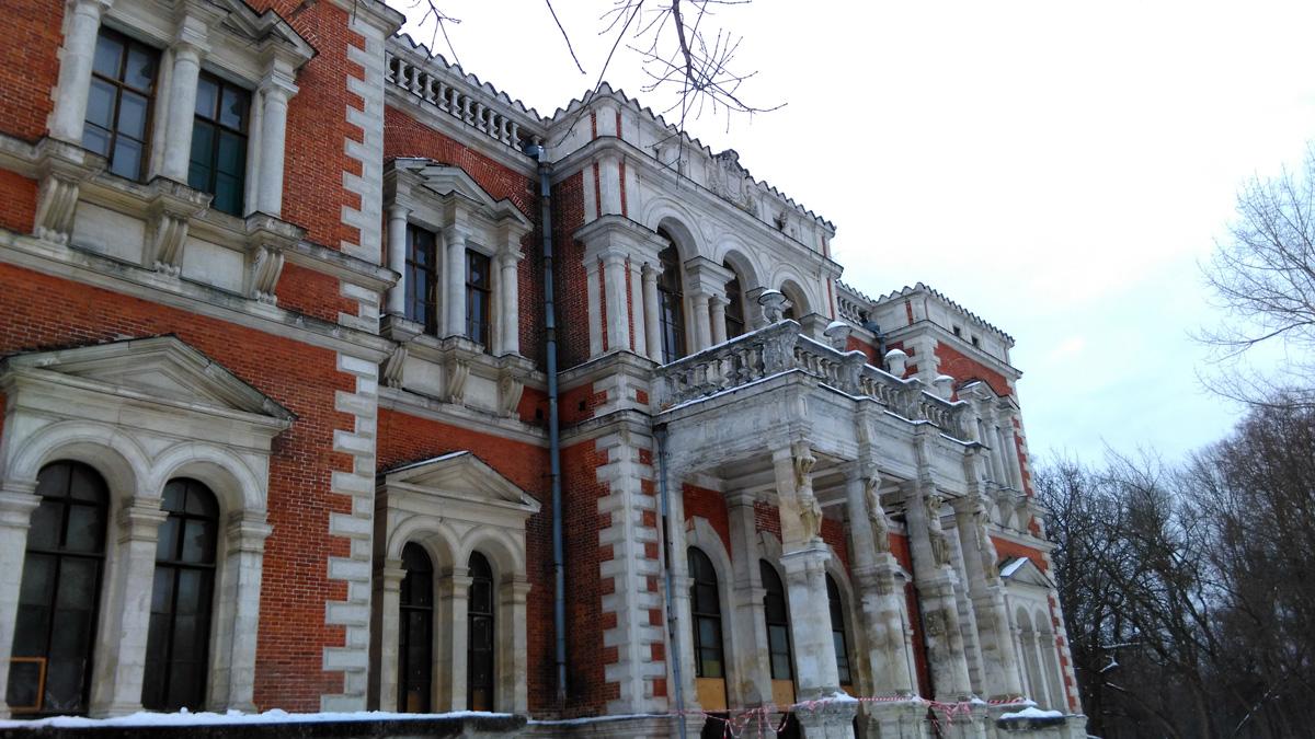 С южной стороны дома большая каменная терраса и балкон с греческими вазами и балюстрадой.