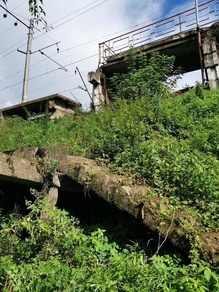Железнодорожная платформа Калинина. Павелецкое направление МЖД. В непосредственной близости от платформы находится деревня Калиновка, поэтому и сама платформа изначально тоже называлась Калиновка, но в 1973 году ее название было изменено на Калинина. На фото остатки старой лестницы.