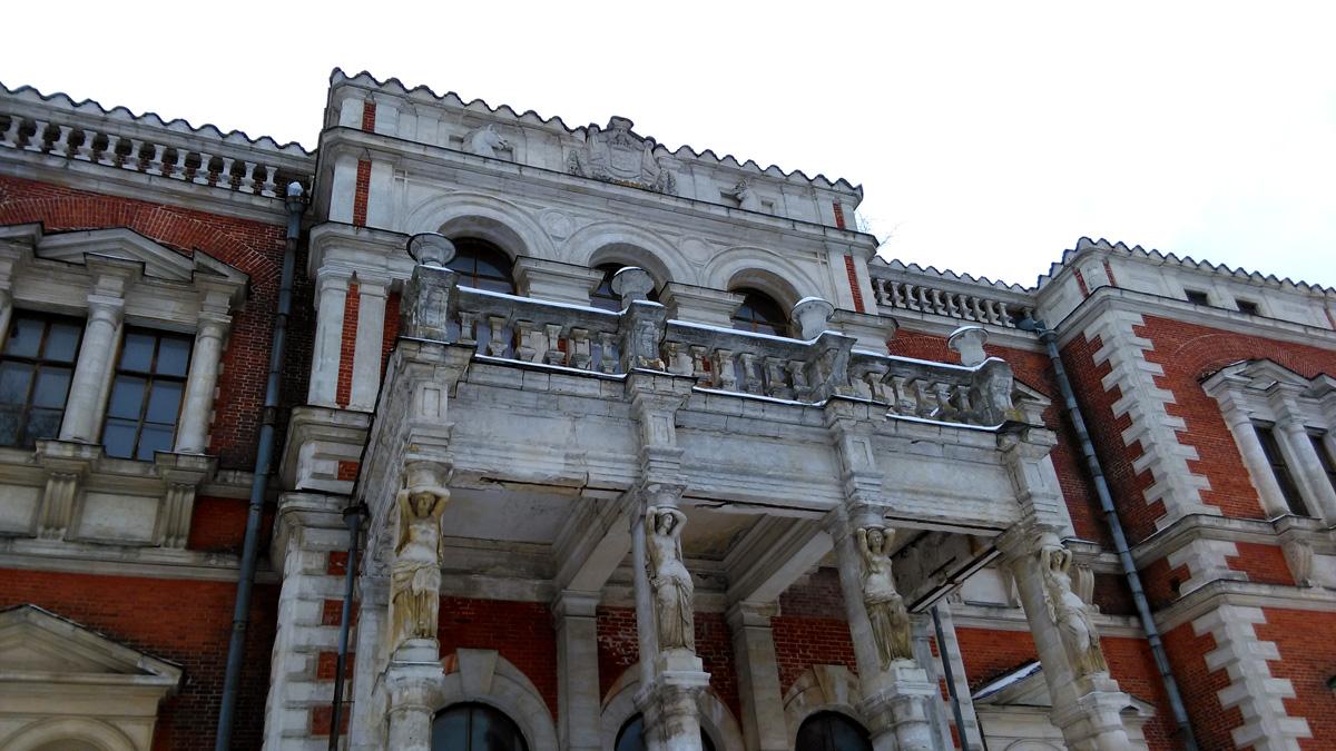 Балкон опирается на колонны в виде женских фигур.