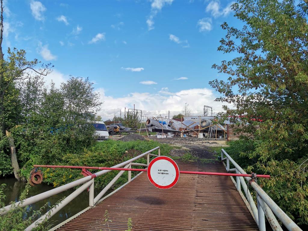 Мост через реку Битца ведет на территорию мастерской по изготовлению реплик военной техники для киносъемок. Да, здесь тоже закрытый проход, но один из мастеров любезно пригласил нас осмотреть технику.