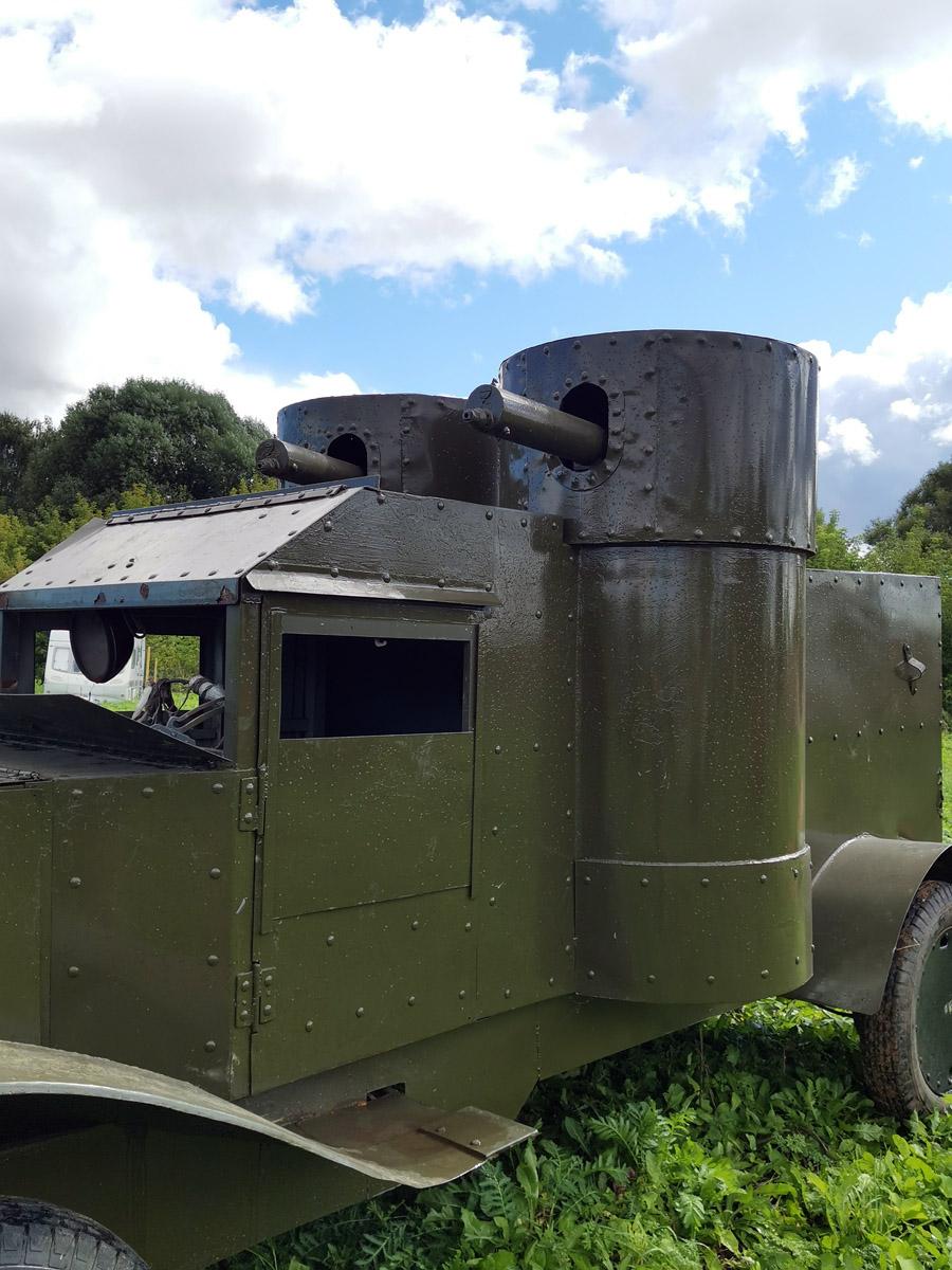 А бронеавтомобиль — реплика.
