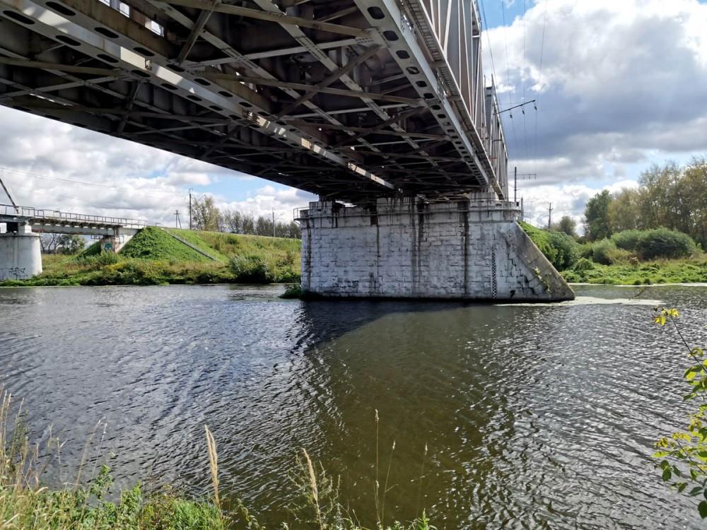 Мост I и II пути Павелецкого направления Московской железной дороги через реку Пахру. Фермы моста современные, а вот русловая опора - старая, дореволюционная.