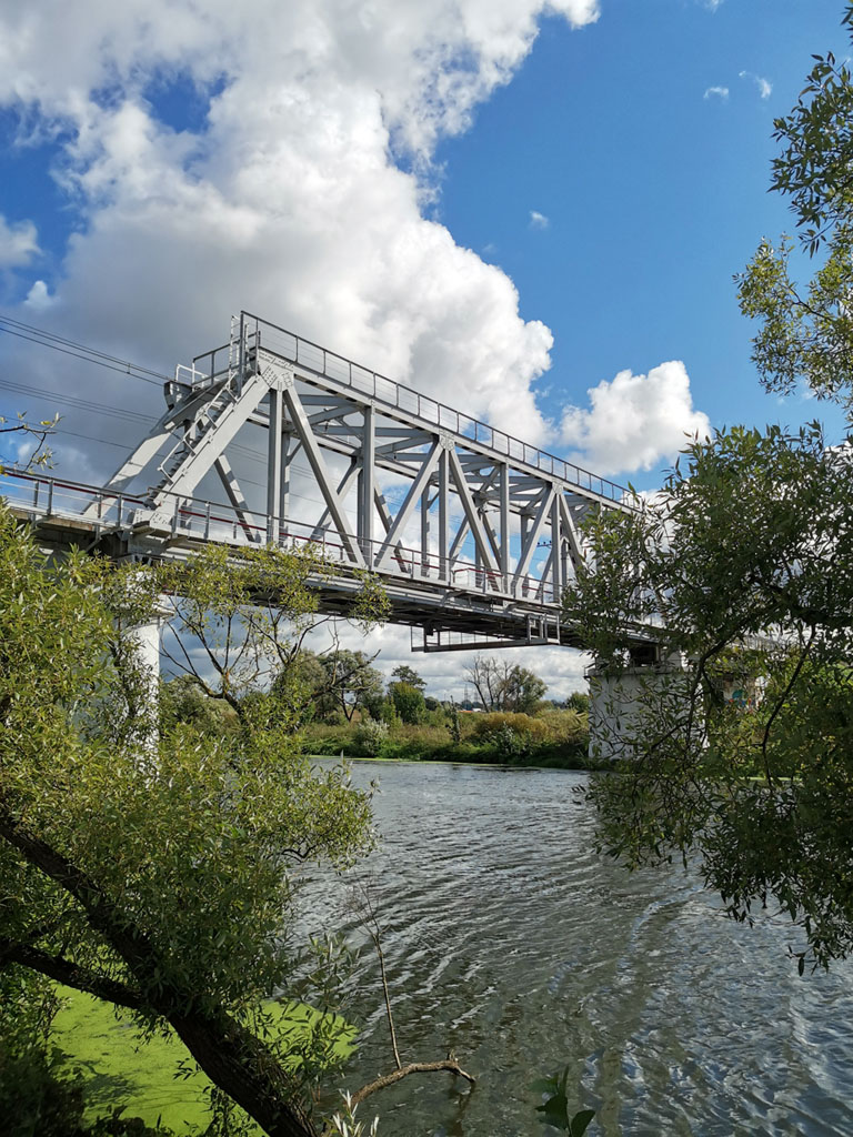 Мост III пути Павелецкого направления Московской железной дороги через реку Пахру. Третий путь — «товарный». Построен позже основных путей (в 1930-х гг.) для увеличения пропускной способности.
