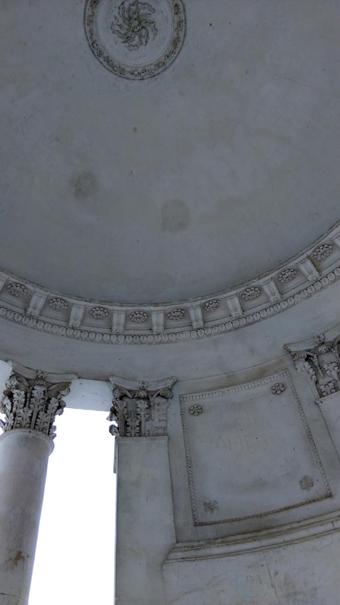 Коринфские колонны поддерживают купол со стильной лепниной.