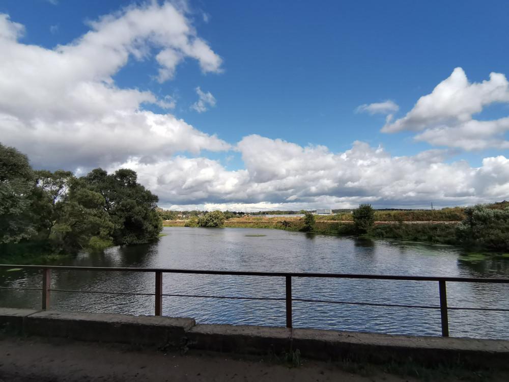В плотную к большому мосту расположен небольшой однополосный автомобильный мост. Соединяет по грунтовой дороге село Белеутово и село Ям. Переходим по нему на правый берег и идем вверх по течению.