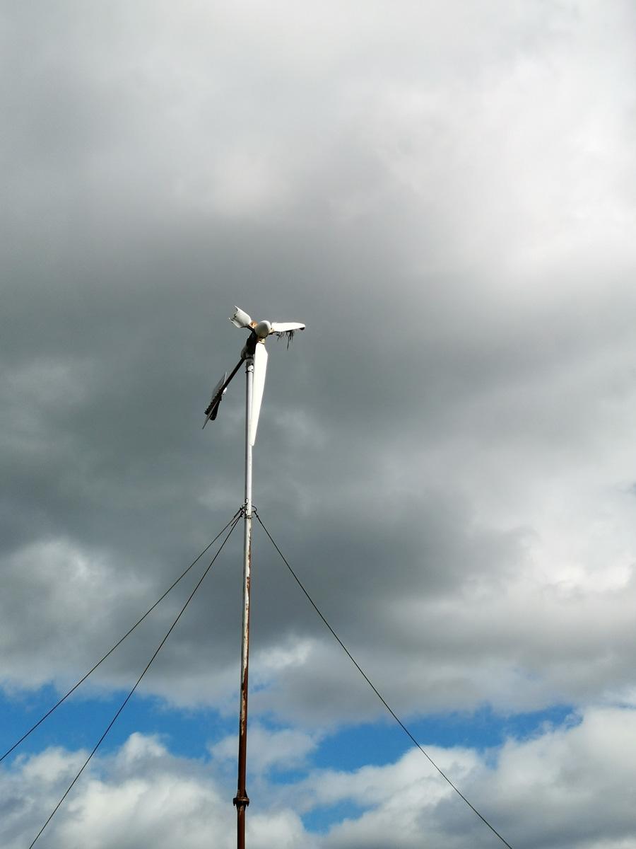 Помню, как одно время видел издалека, как крутятся два ветряка-электрогенератора. Тогда это было вновь. Теперь они в таком состоянии.
