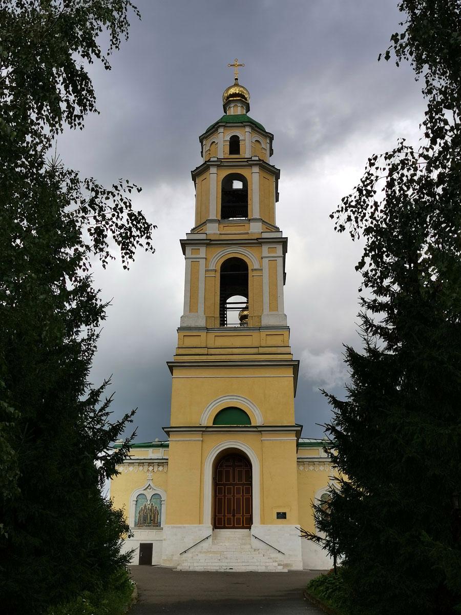 Храм Николая Чудотворца в селе Домодедово построен в 1738 году по указу (1731 года) императрицы Анны Иоанновны, освящён в 1741 году, перестроен в 1760-1780 годах. Многоярусная колокольня построена в 1840г.