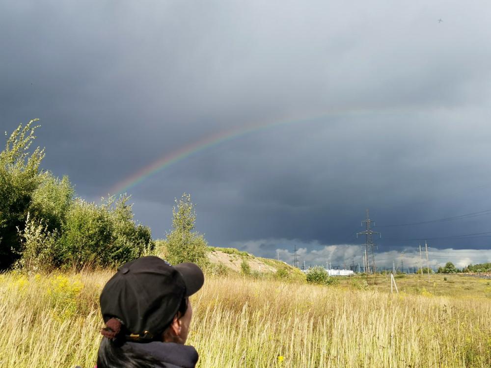 Везет мне осенью на красивое небо и радугу. В данном случае радуга одной стороной упирается в мусорный полигон...