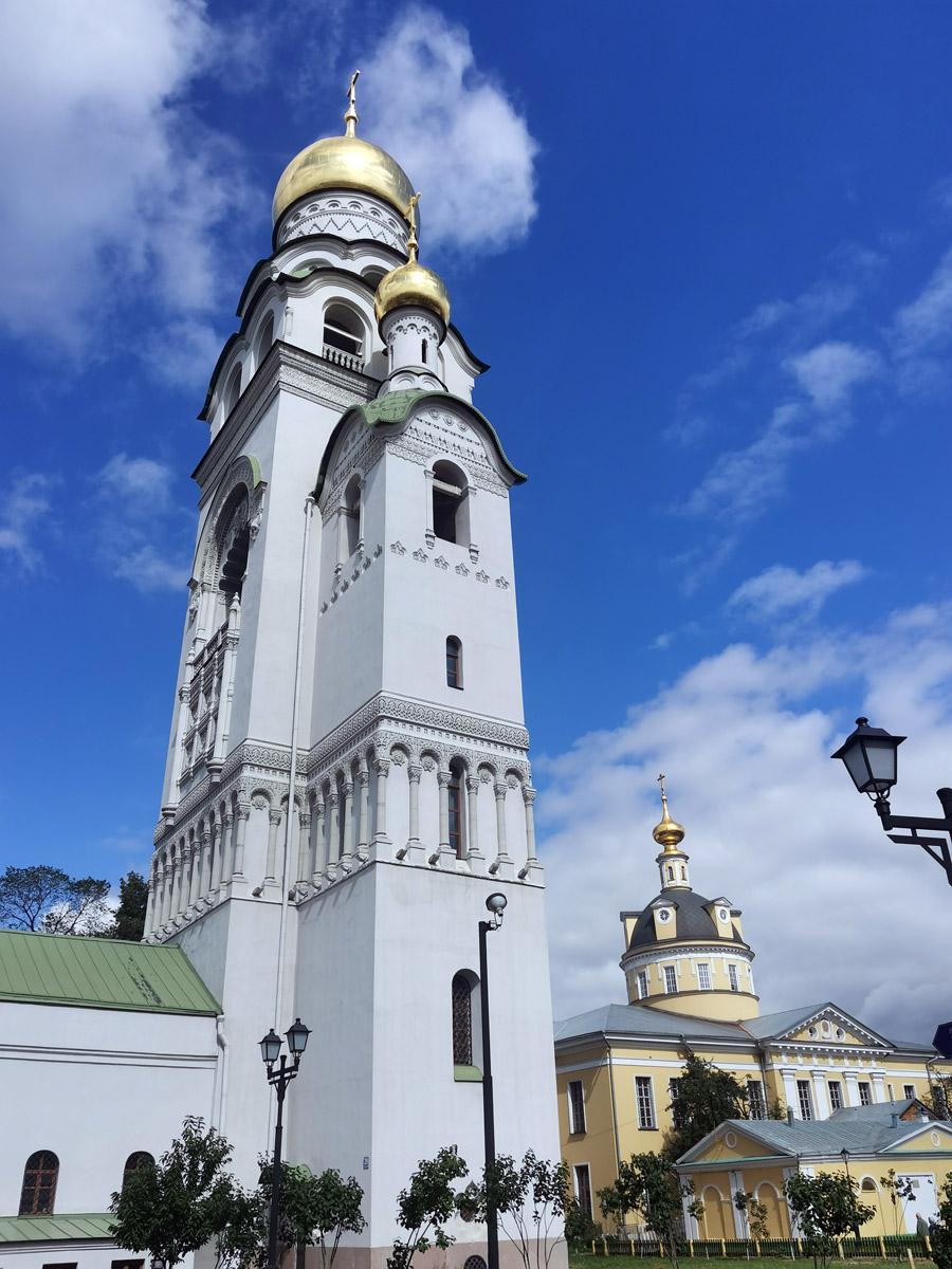 Колокольню возвели за два года, еще несколько лет ушло на ее отделку, уже через полгода после начала работ на колокольню были подняты колокола весом в 1000, 360 и 200 пудов, а в сентябре 1909 года на куполе колокольни был установлен крест.