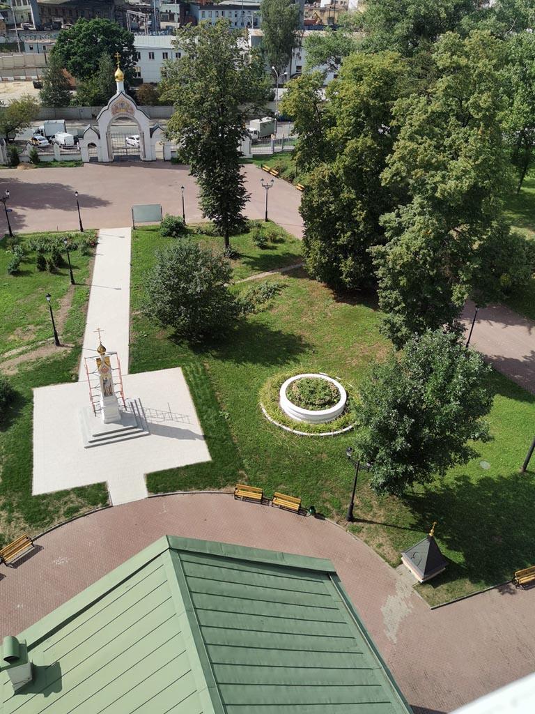 А так памятник и клумба выглядят с высоты 30 метров.