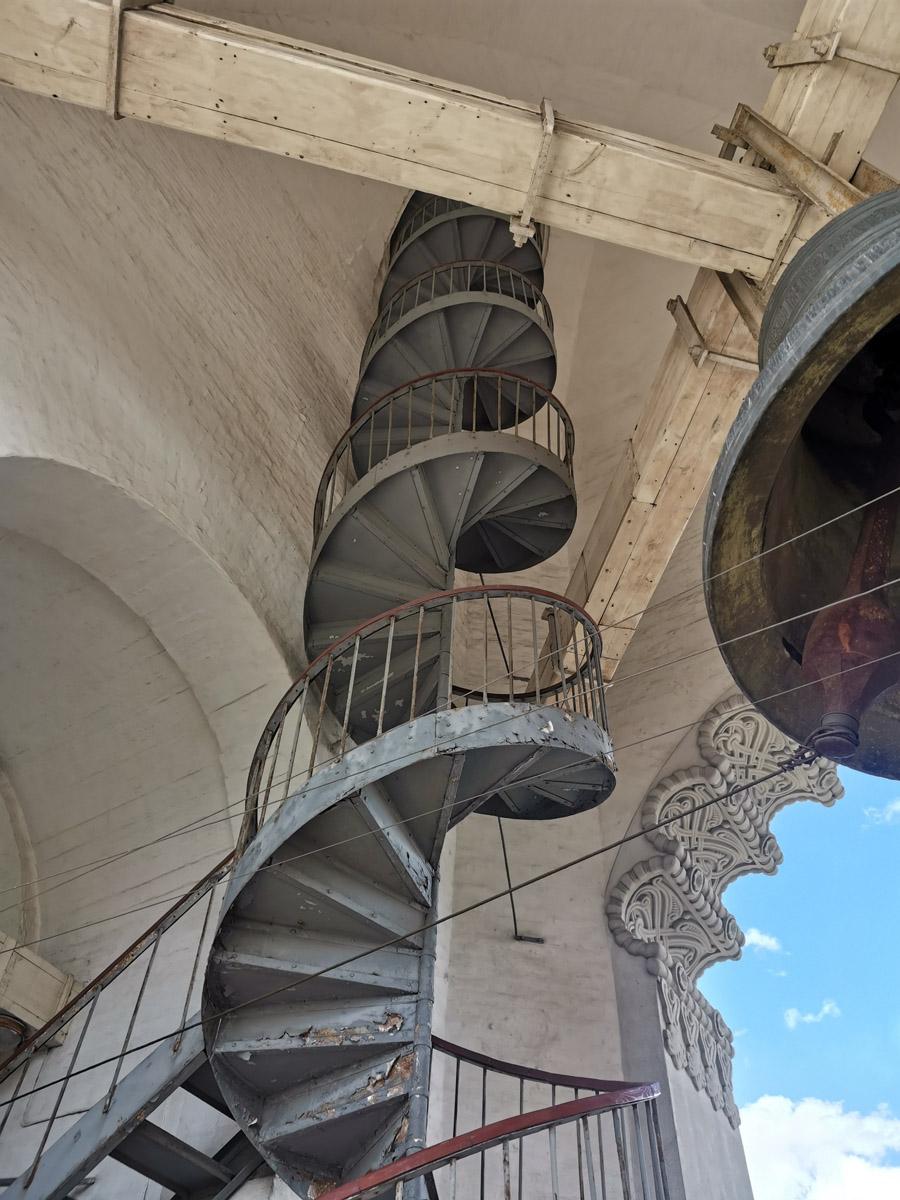 Железная винтовая лестница колокольни.