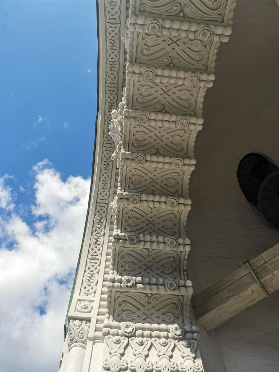 Очень красивый орнамент арки и синее небо.