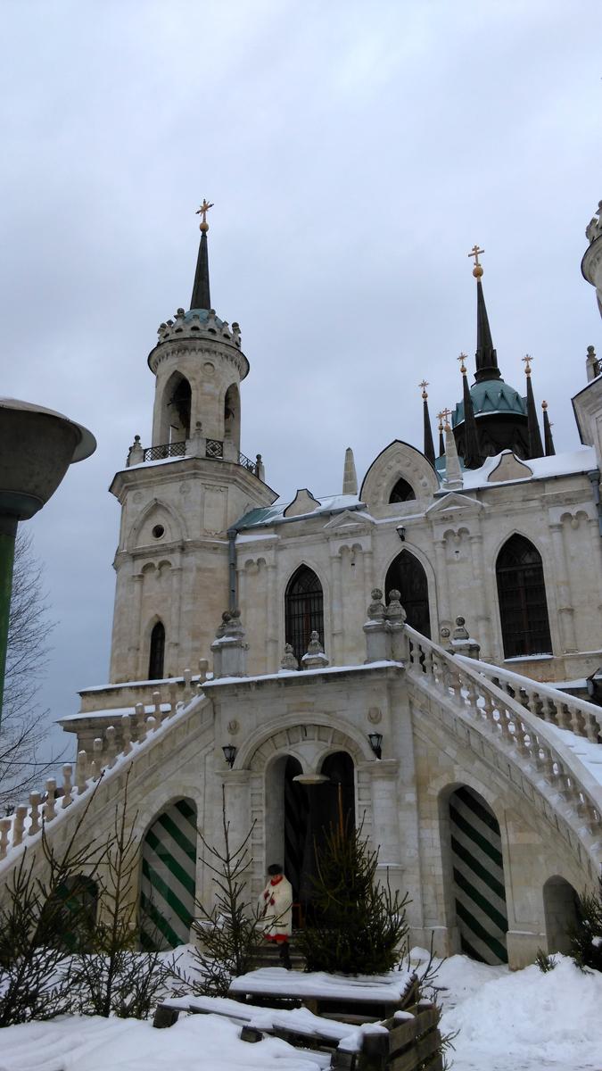 Вход на лестницы и второй этаж закрыты. К тому же видно. что у левой лестницы перила разрушены. А ведь, в здании изначально было два храма на двух этажах.