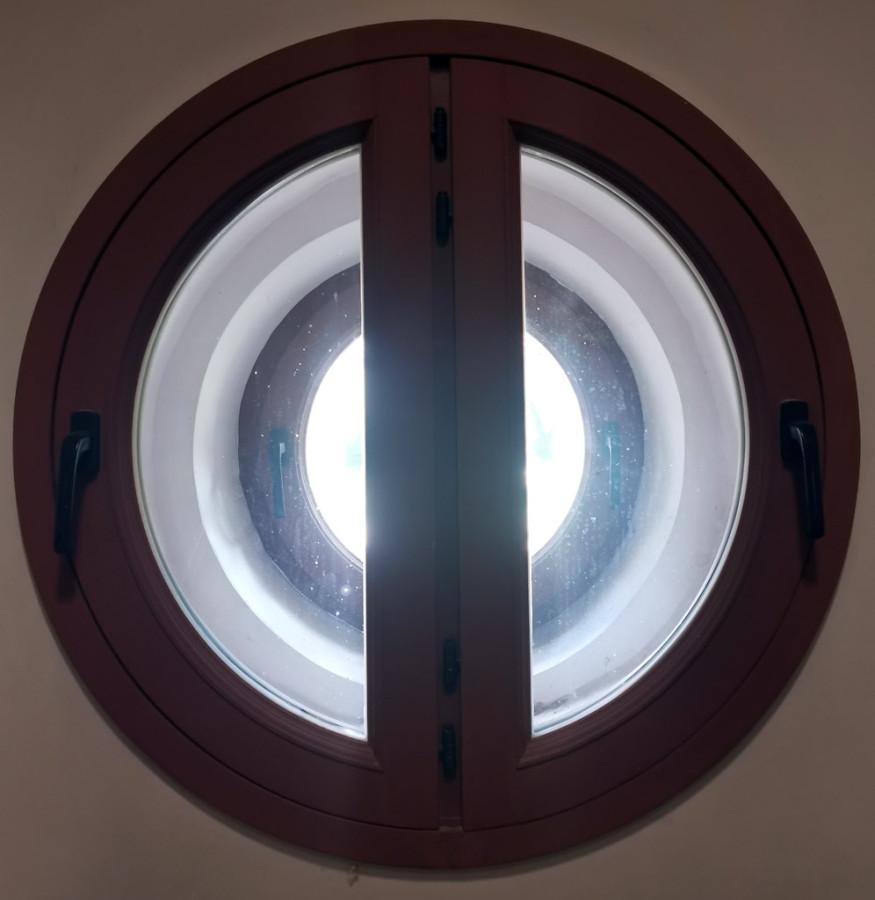Круглое окно колокольни изнутри...