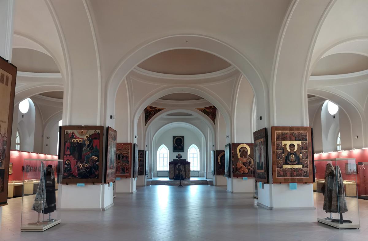 Экспонаты выставки в просторном и светлом Соборе Рождества Христова.