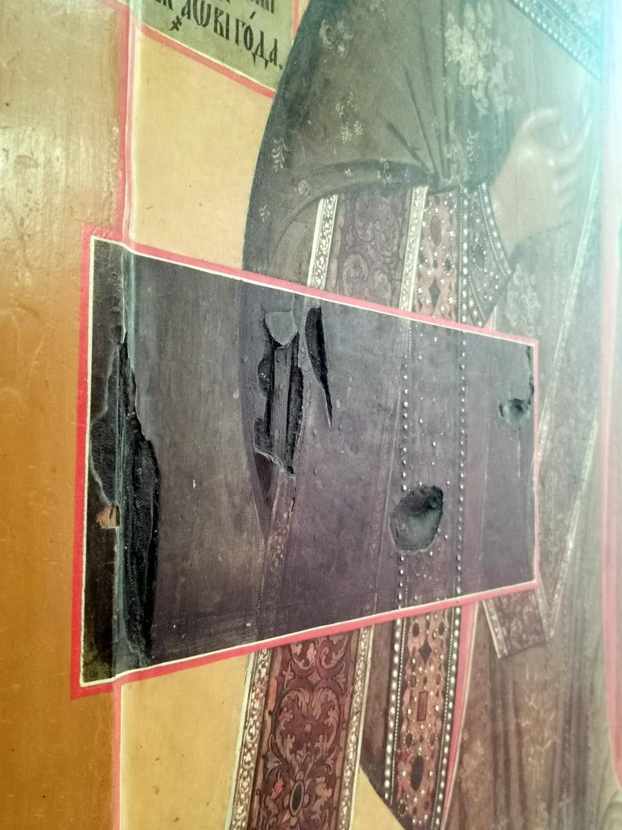 Повреждения нанесенные иконе французскими военными в 1812 году.