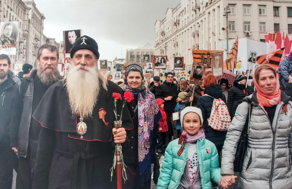 На одной из фотографий Митрополит Московский и всея Руси Корнилий, а за ним Михаил Панкратов ( mu_pankratov )