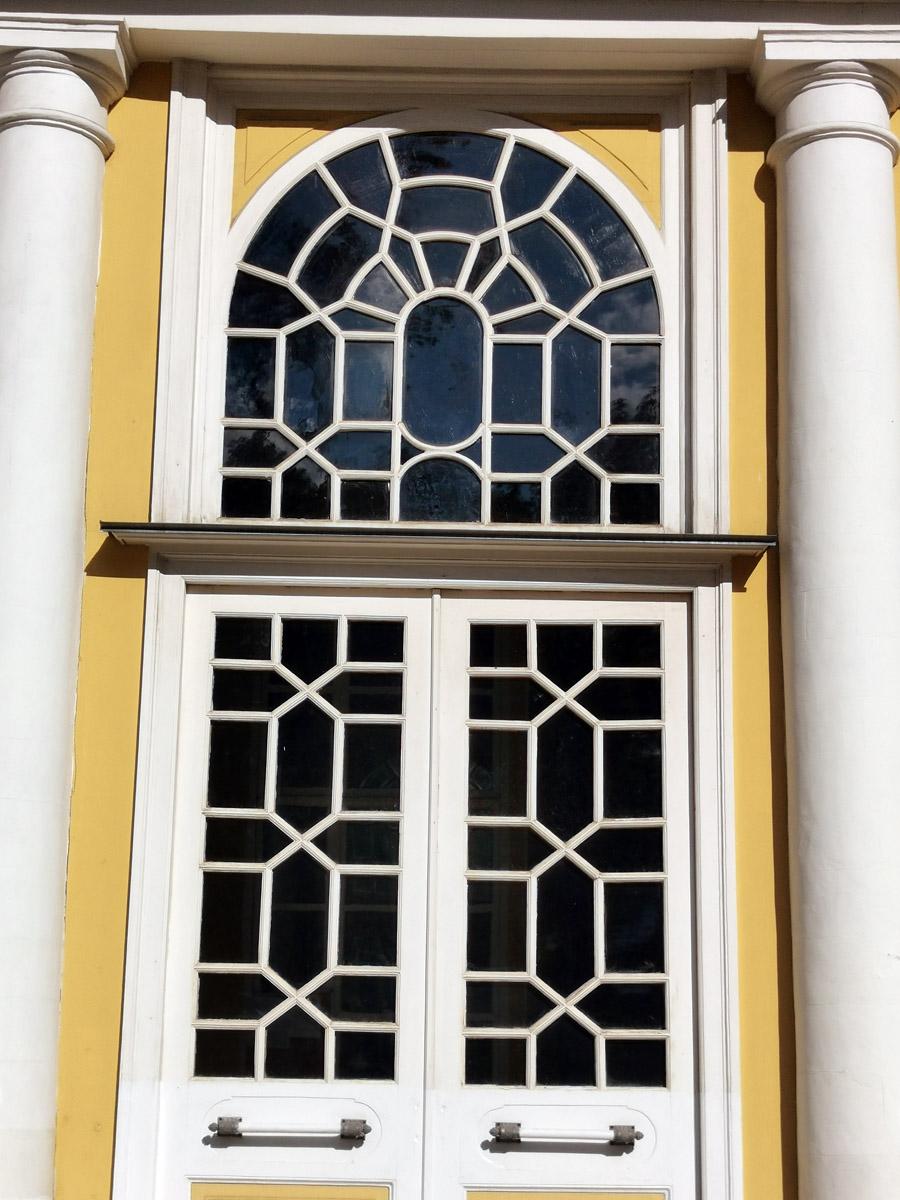 Окна с ажурным переплетом оригинальные.