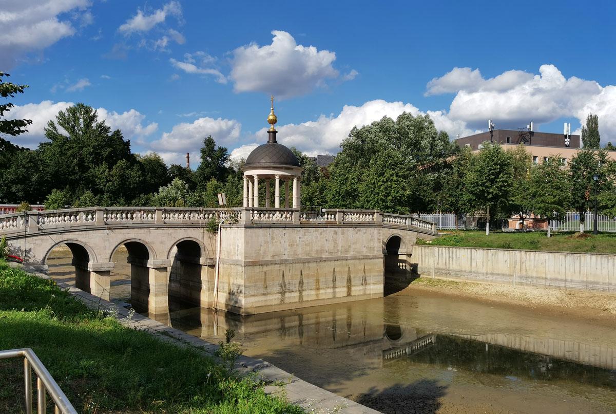 Беседка-«Иордань» на мосту через пруд. Правда, сейчас в пруду вода спущена из-за строительных работ.